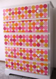 Decorando los cuartos de mis hijos con vinilos - Como decorar un mueble con papel pintado ...